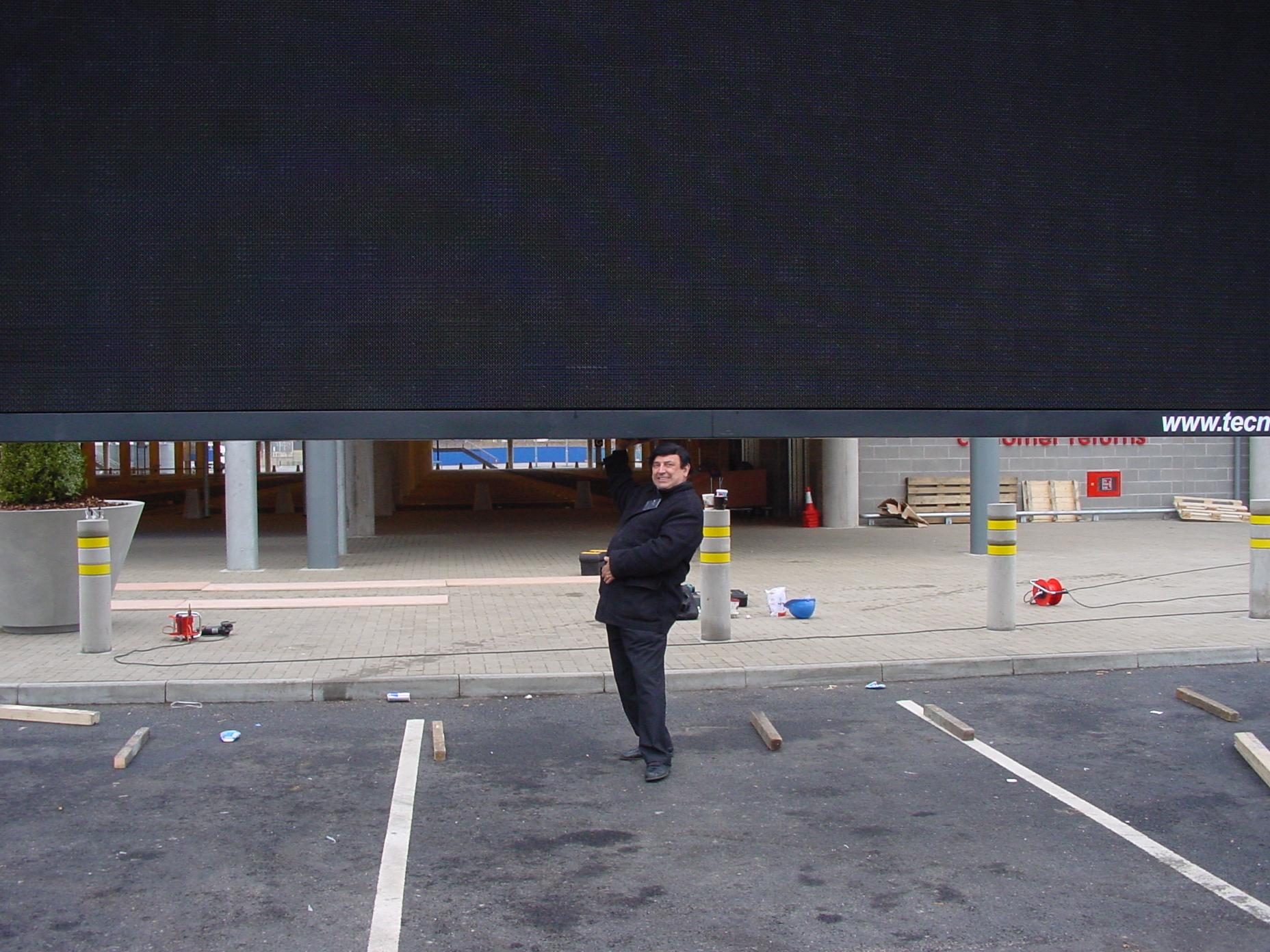 Dad-lifting-led-screen-at-ikea.JPG
